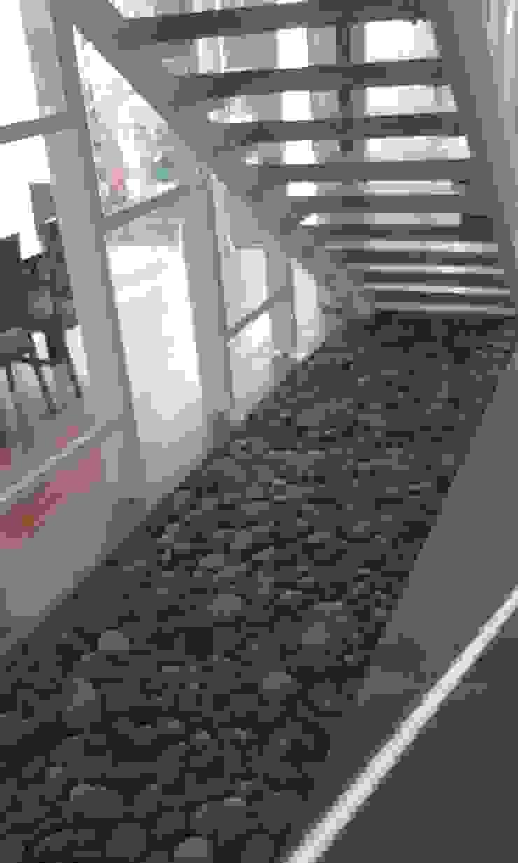 Corredores, halls e escadas modernos por estudio|44 Moderno Pedra