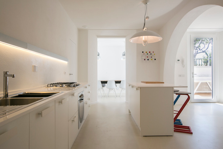 Kitchen by mc2 architettura, Mediterranean