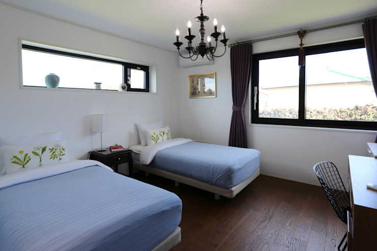 까사봉봉 Phòng ngủ phong cách hiện đại bởi 아키제주 건축사사무소 Hiện đại