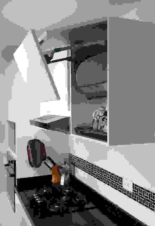 Gabinetes con puertas articuladas Cocinas modernas de Remodelar Proyectos Integrales Moderno Tablero DM
