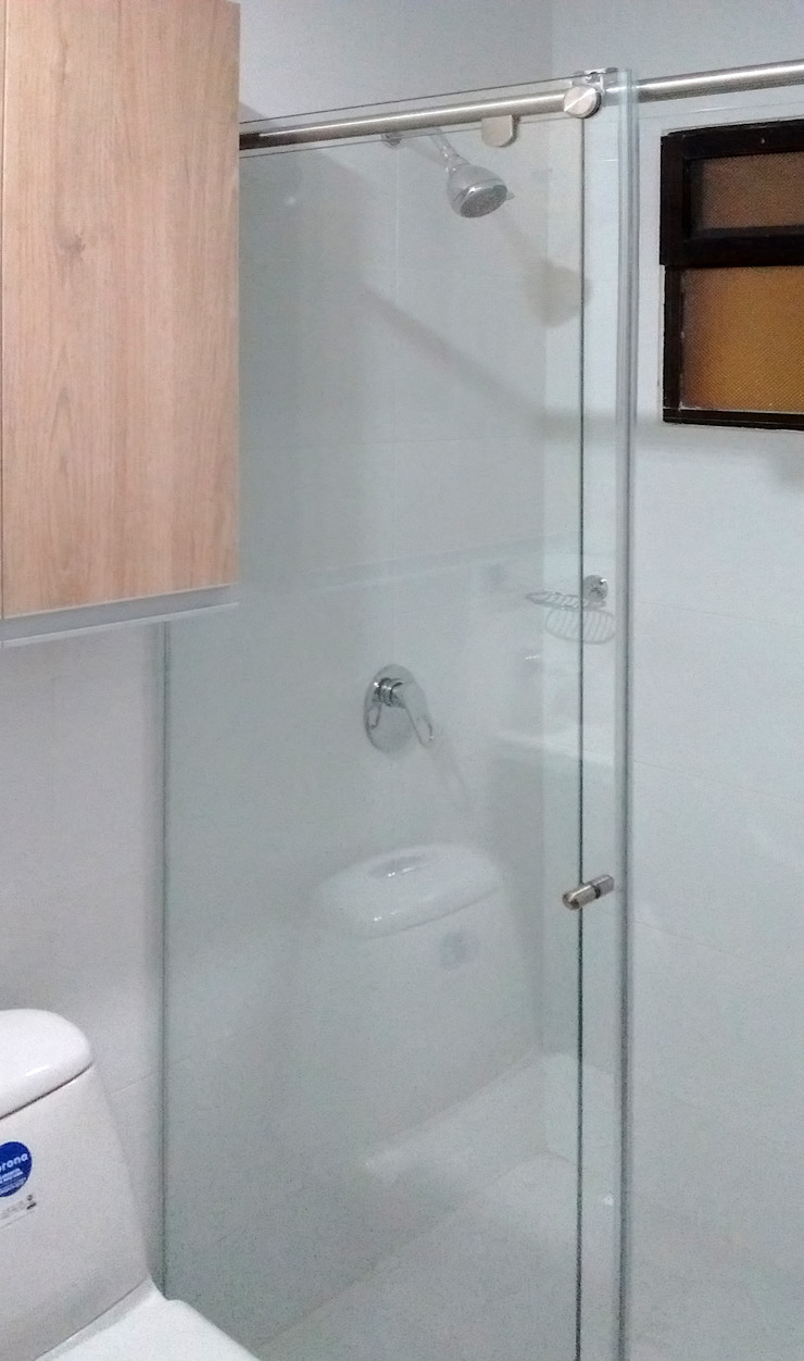 División de baño Baños de estilo moderno de Remodelar Proyectos Integrales Moderno Cerámico