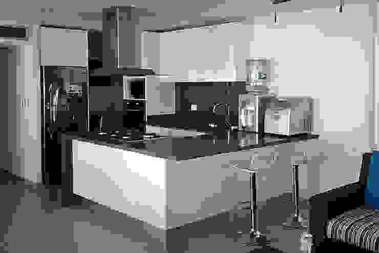 Vista general de la cocina integral Cocinas modernas de Remodelar Proyectos Integrales Moderno Tablero DM