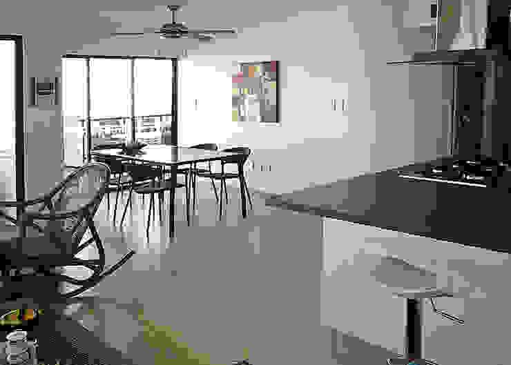 Zona social desde la barra de desayuno Comedores de estilo moderno de Remodelar Proyectos Integrales Moderno Cerámico