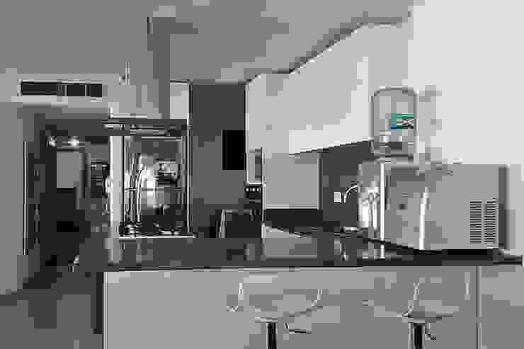 Vista de la cocina hacia el hall de alcobas Cocinas modernas de Remodelar Proyectos Integrales Moderno Cuarzo