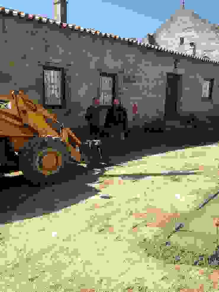 Requalificação Largo Diogo Osório – Lageosa do Mondego Casas rústicas por ARKIVO Rústico
