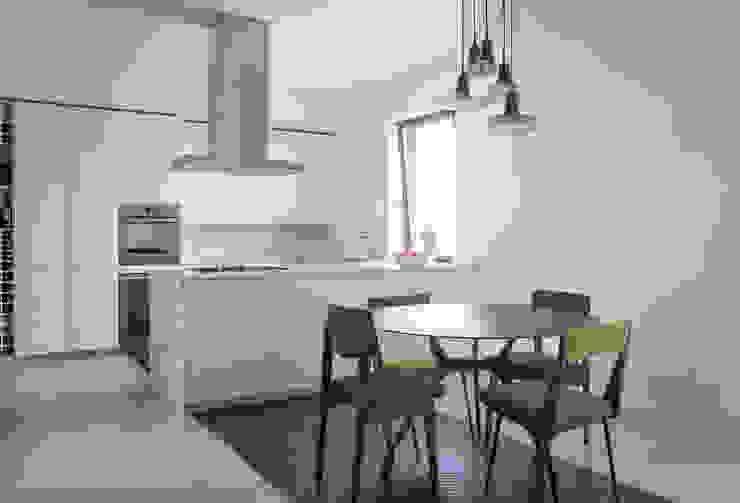 Cozinhas minimalistas por 3C+M architettura Minimalista
