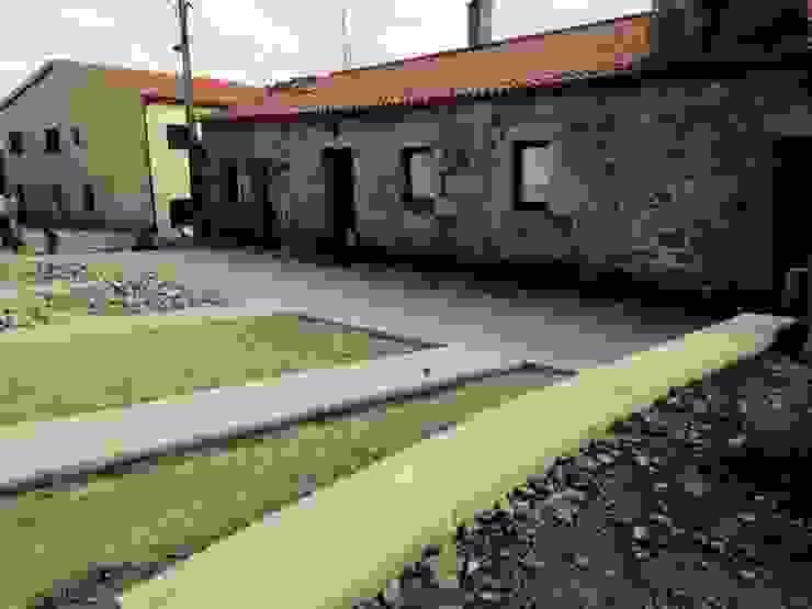 durante execução de obra Casas rústicas por ARKIVO Rústico