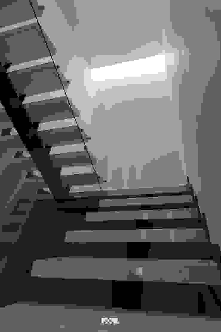 Minimalistyczny korytarz, przedpokój i schody od 2M Arquitectura Minimalistyczny