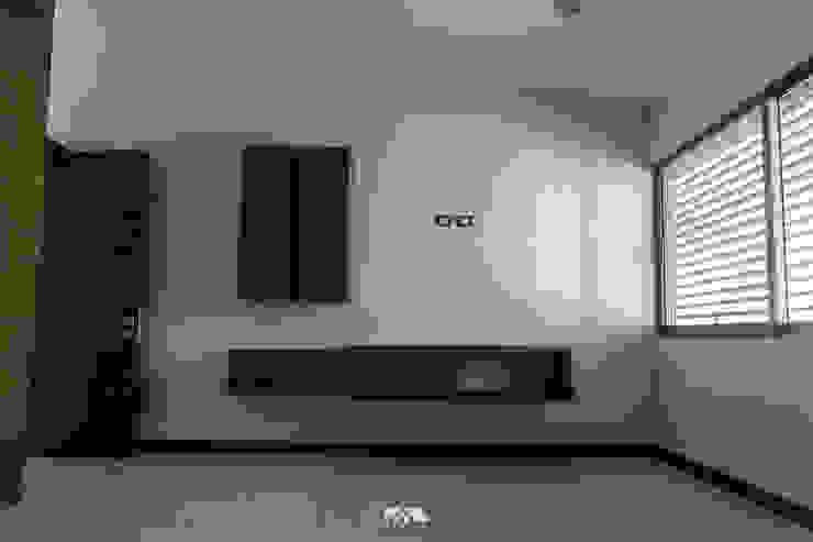 Minimalistyczna sypialnia od 2M Arquitectura Minimalistyczny