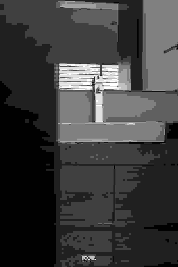 Minimalistyczna łazienka od 2M Arquitectura Minimalistyczny