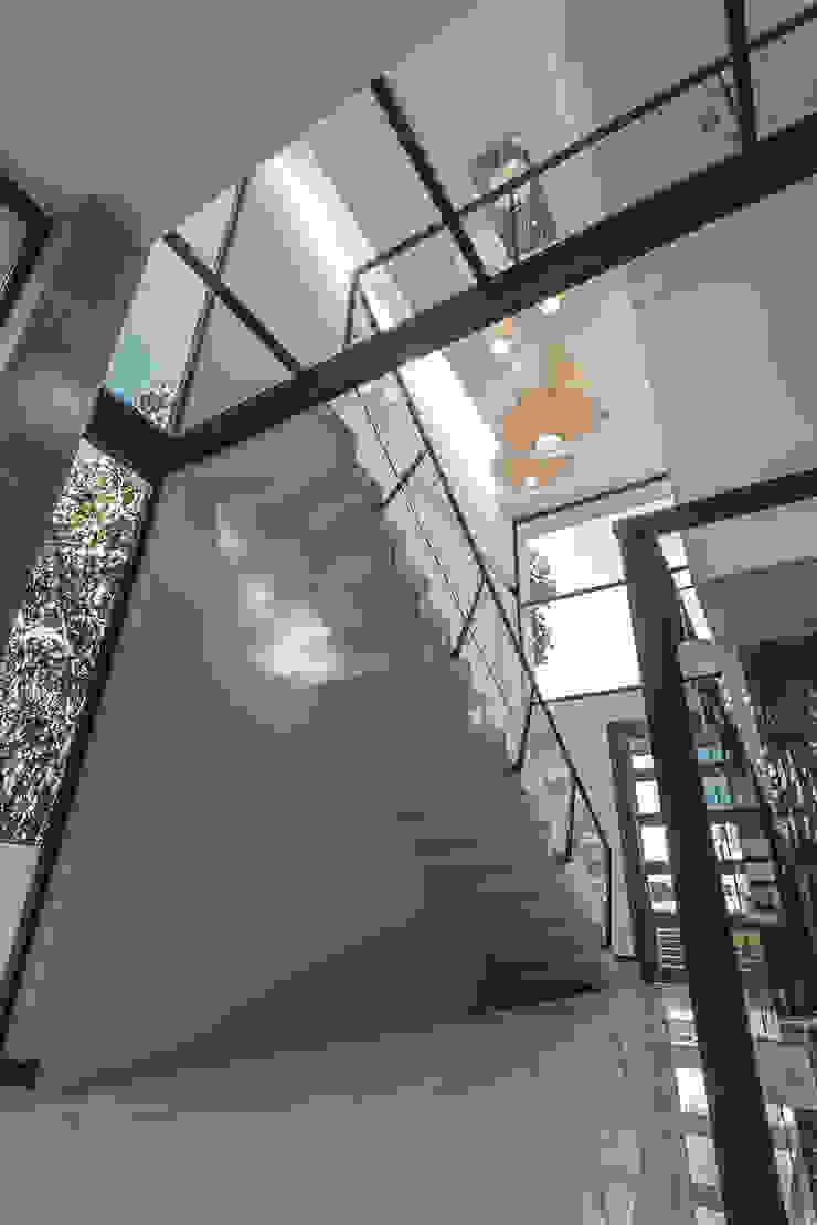 Bosques de Bugambilias Pasillos, vestíbulos y escaleras minimalistas de 2M Arquitectura Minimalista