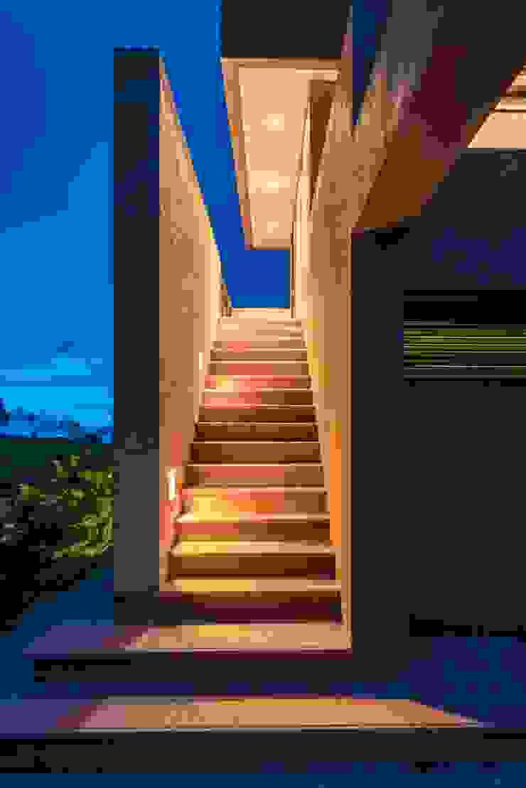 Casa del Patio Ecuestre Pasillos, vestíbulos y escaleras de estilo moderno de David Macias Arquitectura & Urbanismo Moderno Ladrillos