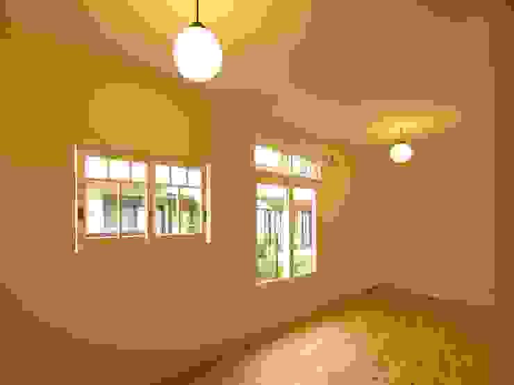 個室建具も木製 クラシックデザインの 多目的室 の アトリエdoor一級建築士事務所 クラシック 木 木目調