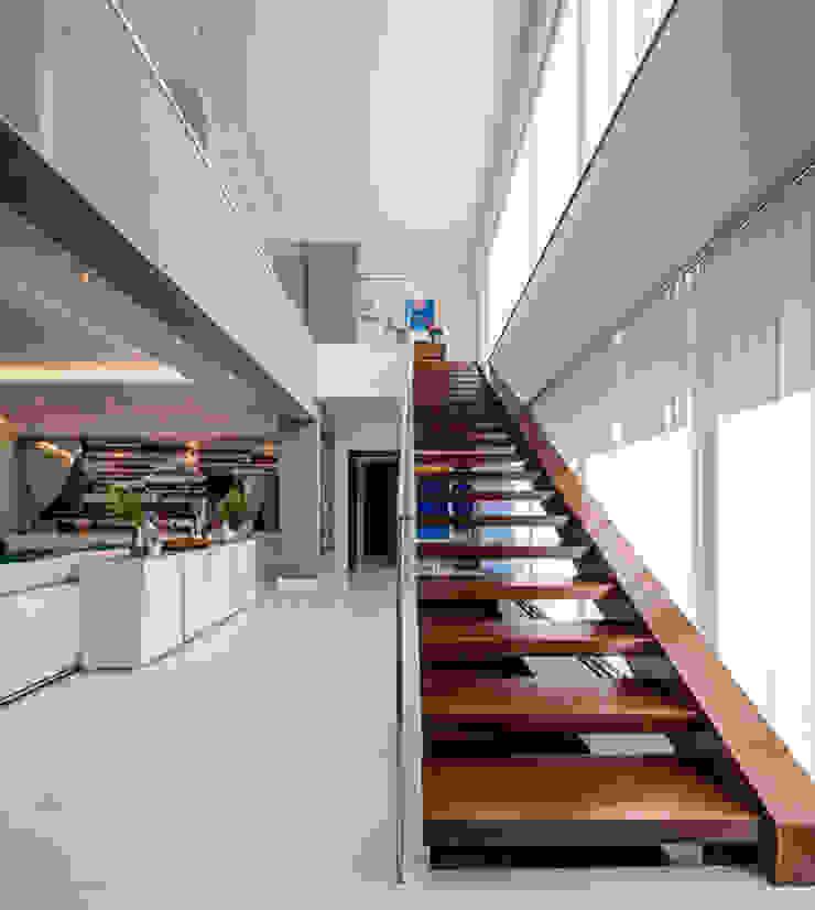Moradia Algarve 2013 Corredores, halls e escadas modernos por Atelier Ana Leonor Rocha Moderno