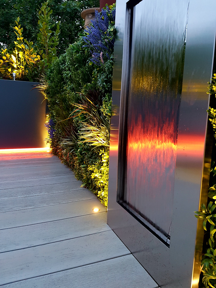 Water feature detail at night Modern balcony, veranda & terrace by Paul Newman Landscapes Modern