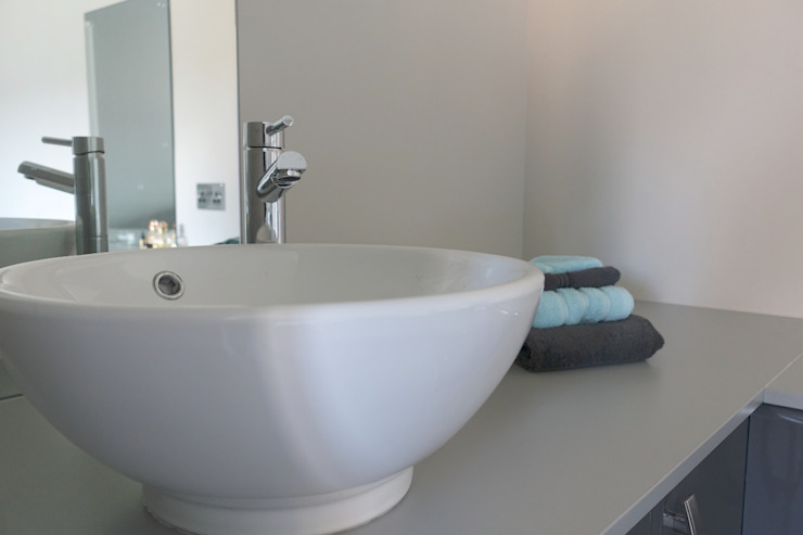 Mr and Mrs Brewer's Bathroom Bathrooms By Premier Espaces commerciaux modernes