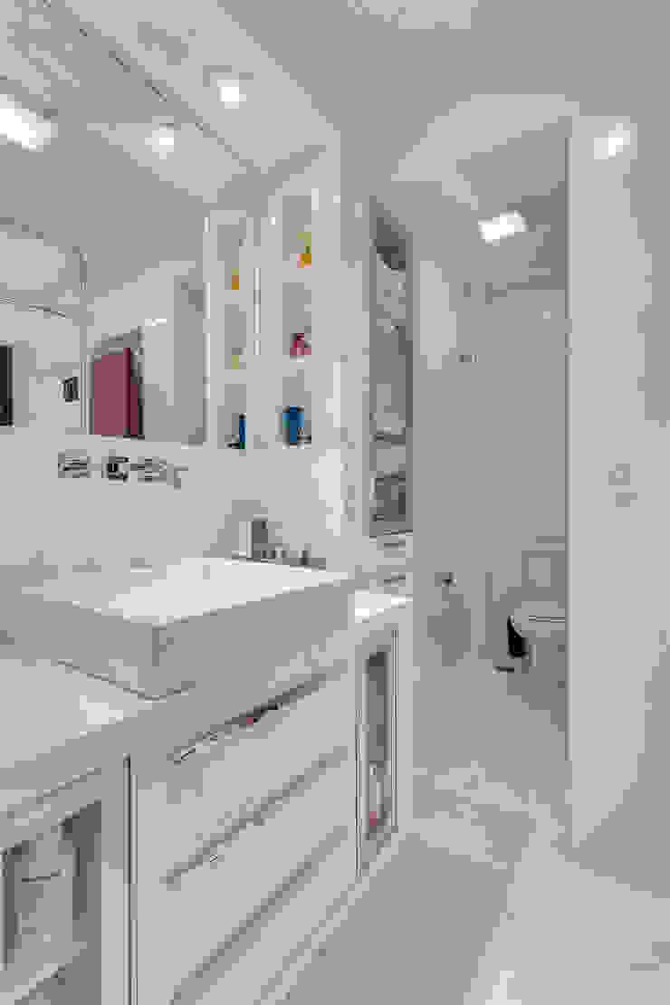 Modern Bathroom by Juliana Lahóz Arquitetura Modern