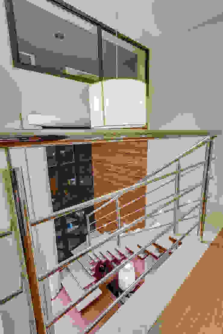 Modern Corridor, Hallway and Staircase by Juliana Lahóz Arquitetura Modern