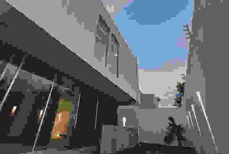 Rioja 103 Jardines modernos de 2M Arquitectura Moderno