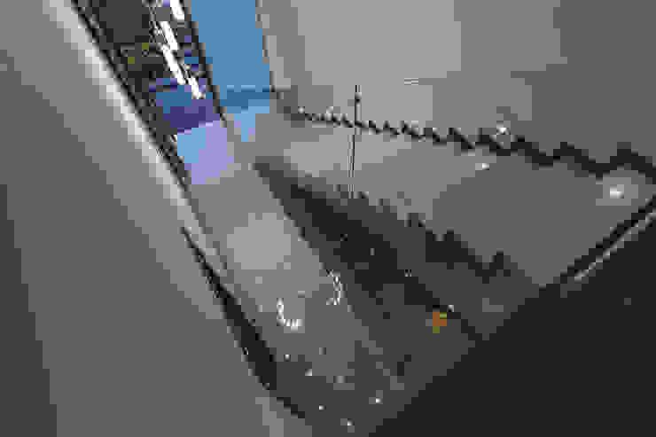 Rioja 103 Pasillos, vestíbulos y escaleras modernos de 2M Arquitectura Moderno