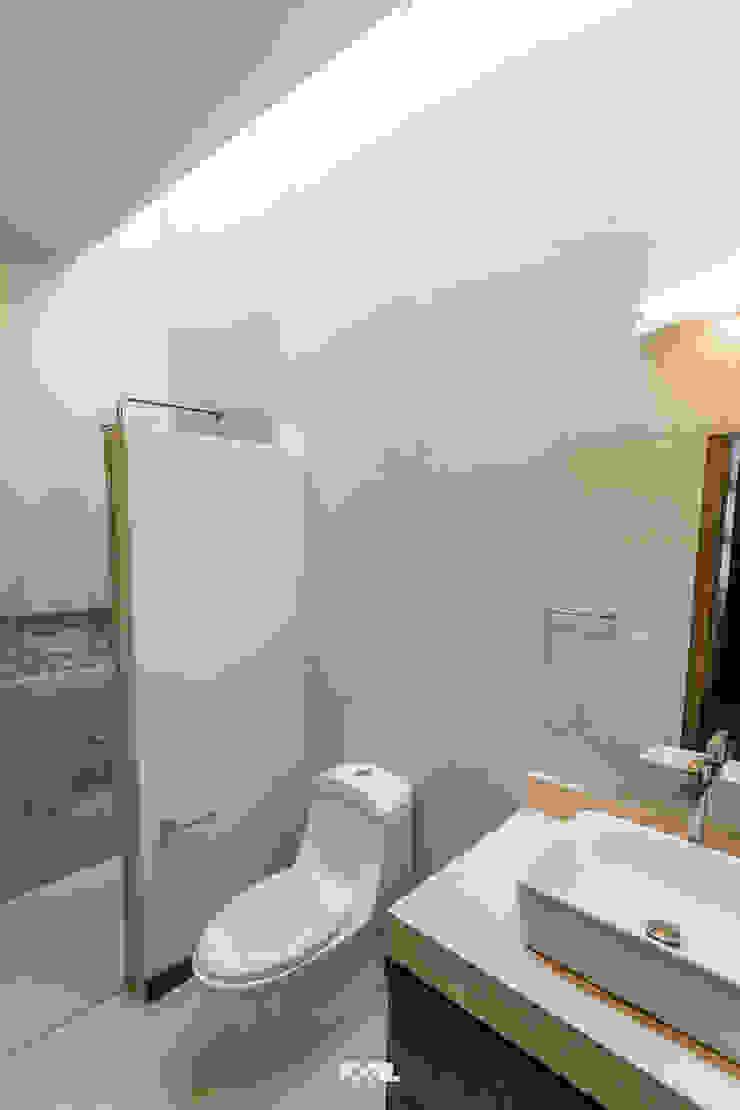2M Arquitectura Baños de estilo moderno