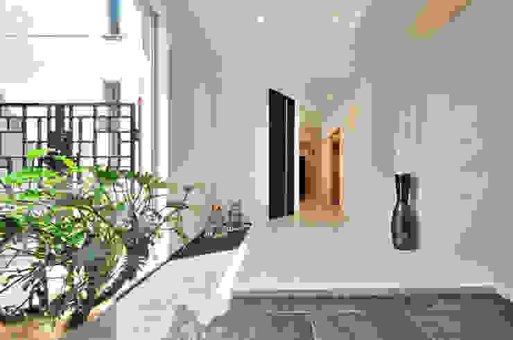 現代風玄關、走廊與階梯 根據 JPホーム株式会社 現代風 大理石