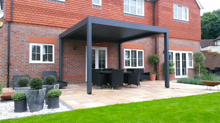 Outdoor Living Pod, Louvered Roof Patio Canopy Installation in Findon, West Sussex. Jardines de estilo moderno de homify Moderno