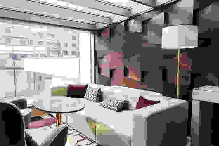 Cream/Brown High-Rise Living Space Salas modernas de Gracious Luxury Interiors Moderno Madera Acabado en madera