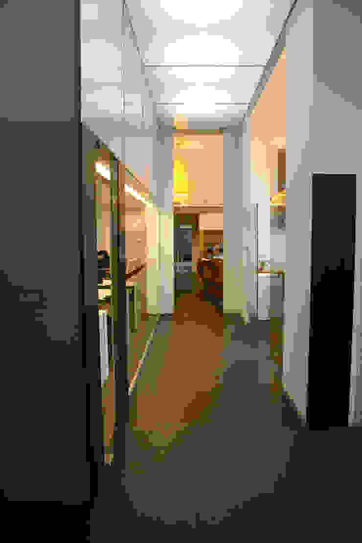 Vista da entrada antes da intervenção por Atelier 405 \ 405 architects Minimalista