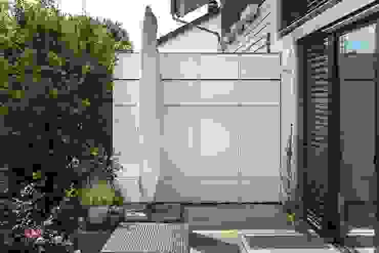 Balcones y terrazas de estilo moderno de design@garten - Alfred Hart - Design Gartenhaus und Balkonschraenke aus Augsburg Moderno Compuestos de madera y plástico