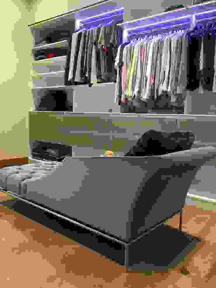 Sofá vestidor AParquitectos Closets de estilo moderno
