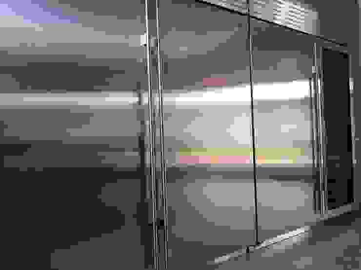 Equipos de refrigeración AParquitectos Cocinas de estilo moderno