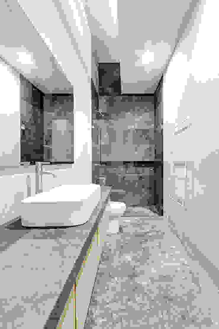 Baños de estilo minimalista de La Desarrolladora Minimalista Mármol