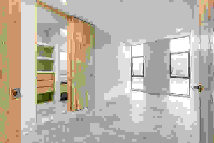 Dormitorios de estilo minimalista de La Desarrolladora Minimalista Madera Acabado en madera