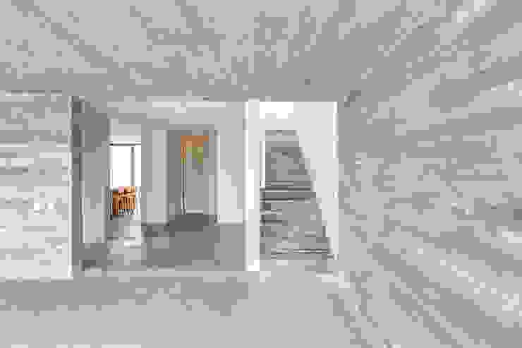 Pasillos, vestíbulos y escaleras de estilo minimalista de La Desarrolladora Minimalista Hormigón