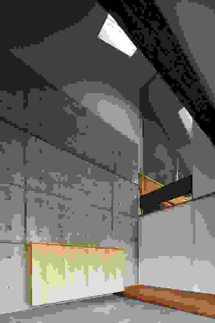Pasillos, vestíbulos y escaleras modernos de 一級建築士事務所 こより Moderno Hormigón