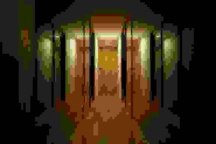 Pasillos, vestíbulos y escaleras modernos de 一級建築士事務所 こより Moderno Vidrio