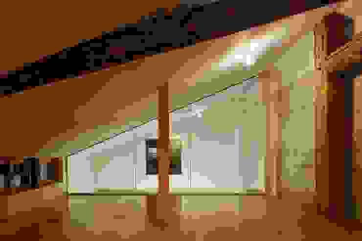 一級建築士事務所 こより Modern style media rooms Plywood