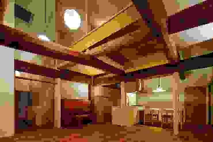 Moderne woonkamers van 一級建築士事務所 こより Modern