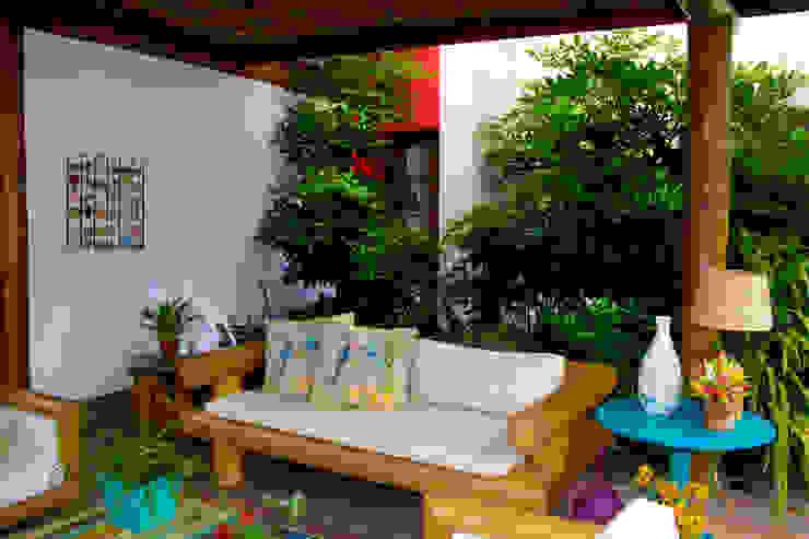 Balkon, Veranda & Terrasse von Tânia Póvoa Arquitetura e Decoração