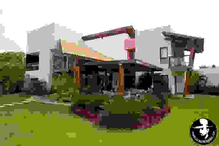 Jardines de estilo tropical de Tânia Póvoa Arquitetura e Decoração Tropical