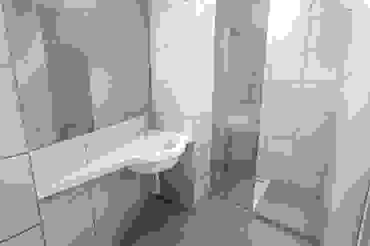 Remodelação de Apartamento Casas de banho modernas por Zaida Amorim & Maria Luis, Lda Moderno Azulejo