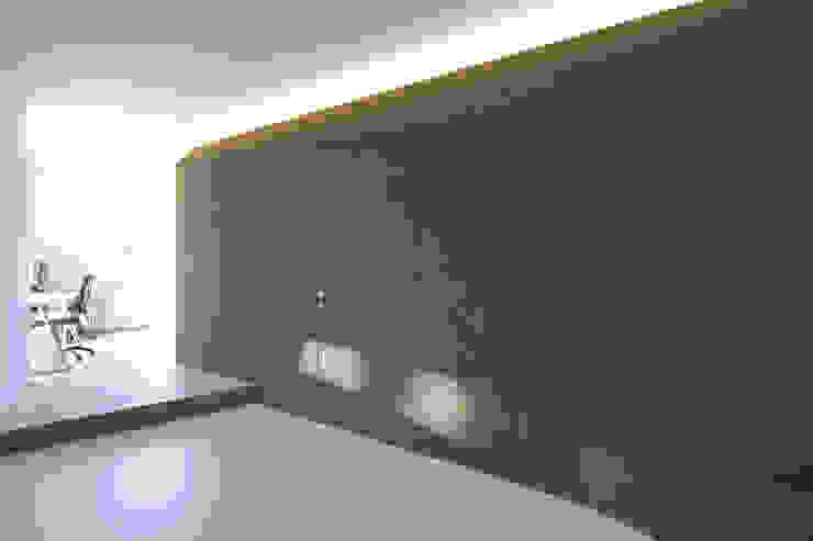 ALONG THE LEVEE R3ARCHITETTI Ingresso, Corridoio & Scale in stile minimalista