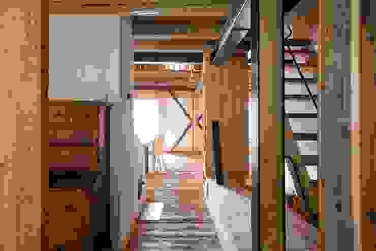 ALDENA Hành lang, sảnh & cầu thang phong cách mộc mạc Gỗ Wood effect