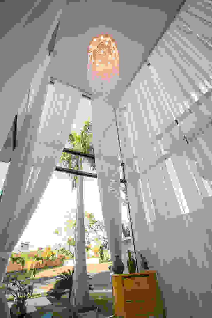RES H A – COND ALPHAVILLE CUIABÁ II Salas de estar modernas por KAMPAI ARQUITETURA Moderno Vidro