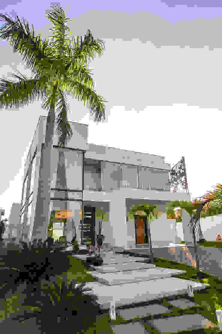 RES H A – COND ALPHAVILLE CUIABÁ II Casas modernas por KAMPAI ARQUITETURA Moderno Vidro