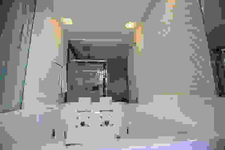 Modern bathroom by KAMPAI ARQUITETURA Modern Marble