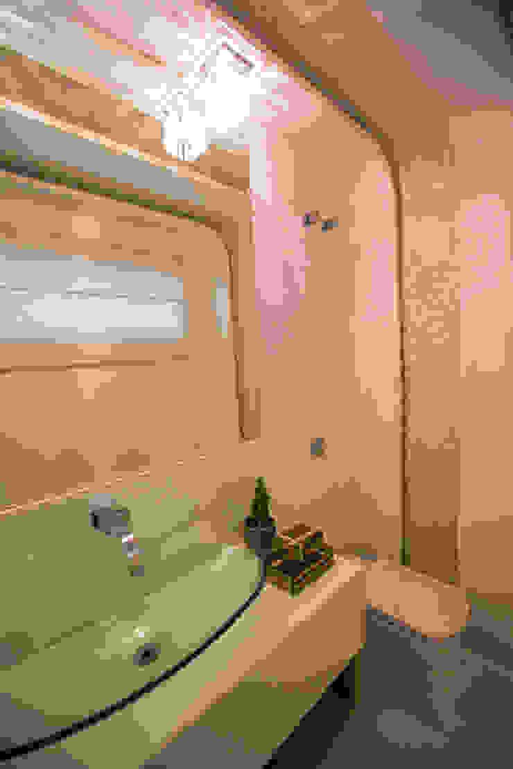 RES H A – COND ALPHAVILLE CUIABÁ II Banheiros modernos por KAMPAI ARQUITETURA Moderno Vidro