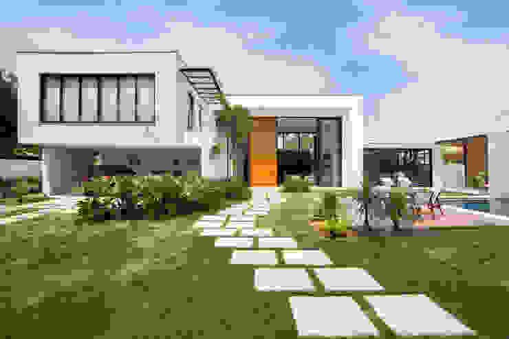 Casa - Fachada Casas modernas por homify Moderno Vidro