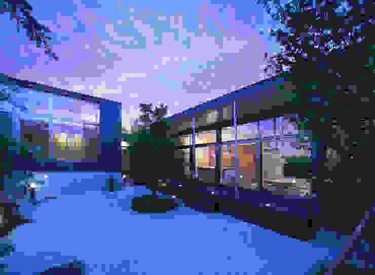 玄の家 居間 夕景: Atelier Squareが手掛けた家です。,モダン 鉄/鋼